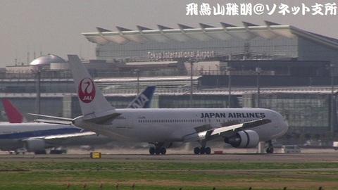 着陸滑走中のJA655J。国際線旅客ターミナルをバックに…。