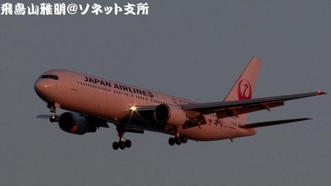 日本航空 JA656J『ドラえもんジェット』@東京国際空港(浮島町公園より)。RWY34Lへのファイナルアプローチ。