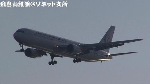 日本航空 JA656J『ドラえもんジェット』@東京国際空港(浮島町公園より)。RWY34Lへのファイナルアプローチ。小松からのJL1270便。