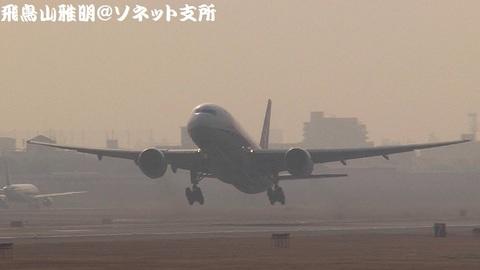 全日本空輸 JA702A@大阪国際空港(RWY14Rエンド・猪名川土手より)。RWY32Lからの離陸シーン。
