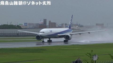 離陸滑走中のJA753A。エンジン後方の水しぶきがもう、たまりません!