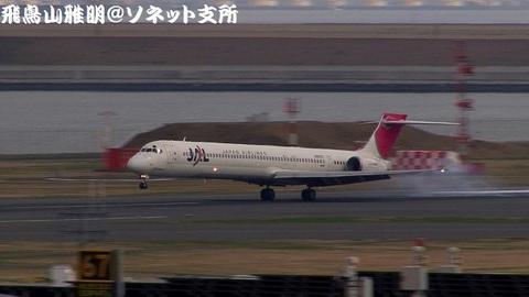 RWY34Rに着陸する、日本航空のJA8070@東京国際空港。第2旅客ターミナル展望デッキより。