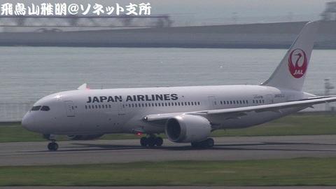 引き続き、離陸滑走中のJA822J。