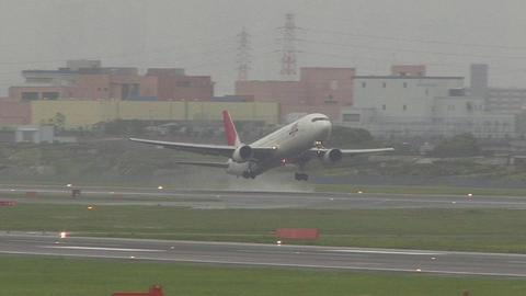 JA8265@大阪国際空港。雨のエア・フロント・オアシス下河原より (´・ω・`)