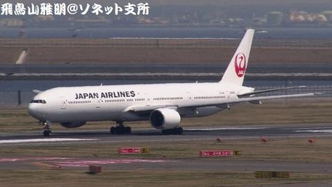日本航空 JA8942@東京国際空港。第2旅客ターミナル展望デッキより。