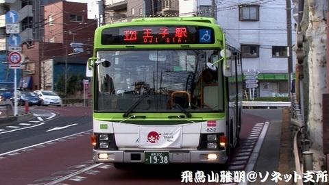 国際興業バス 8212号車。音無橋交差点を左折したところ。