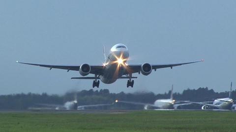 ZK-OKA@成田国際空港。16Rからの離陸を34Lエンド側から…。