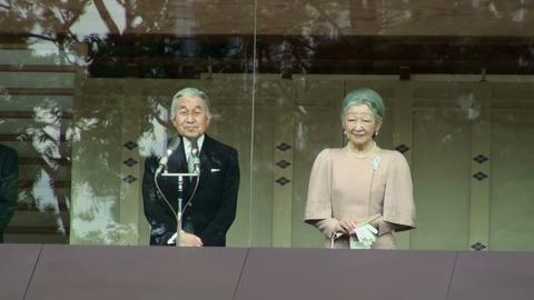 参賀の皆様にお応えになられる、天皇皇后両陛下。皇居・宮殿にて(動画素材からキャプチャ)。