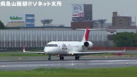日本航空 - ジェイ・エア JA208J@大阪国際空港(伊丹スカイパークより)。RWY32Lから離陸する様子のキャプチャ。