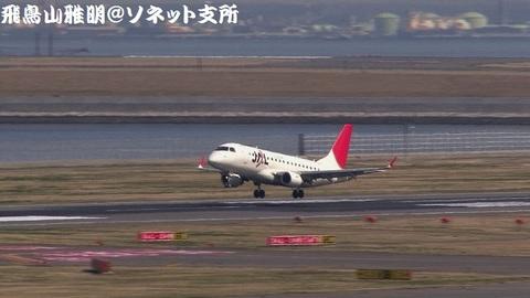 日本航空(ジェイ・エア) JA219J@東京国際空港(第2旅客ターミナル展望デッキより)。着陸寸前のキャプチャ。