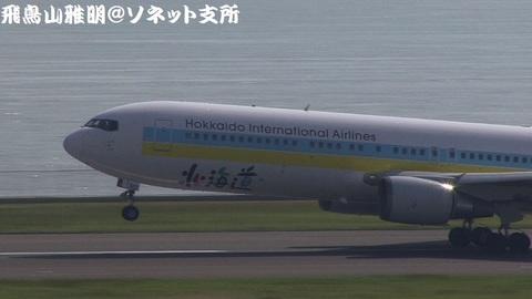 JA601A・機体前方のアップ。機首上げの瞬間。
