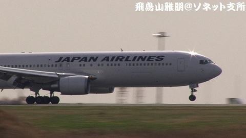 JA655J・機体前方のアップ。着陸の瞬間。