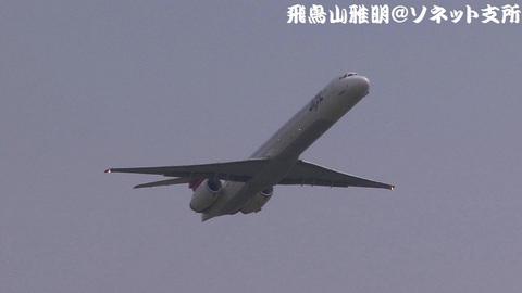 RWY34Rから離陸する、日本航空のJA8063@東京国際空港。城南島海浜公園より。
