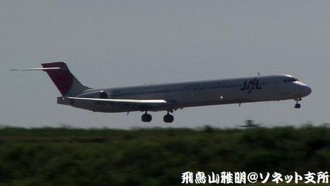 日本航空 JA8066@東京国際空港(京浜島つばさ公園より)。もうまもなくRWY22に着陸…。