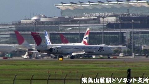 着陸滑走中のJA8066。国際線旅客ターミナルをバックに…。
