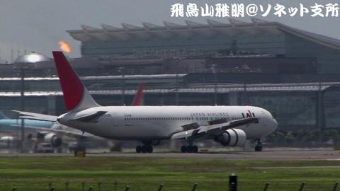 着陸滑走中のJA8265。国際線旅客ターミナルをバックに…。
