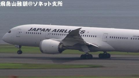 機首を上げたJA826J。この直後、エアボーン。