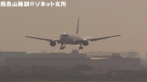 日本航空 JA8397@大阪国際空港(伊丹スカイパークより)。RWY32Lへのファイナルアプローチ。市街地をバックに…。