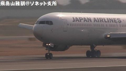 JA8397・機体前方のアップ。前輪がタッチダウンする寸前のキャプチャ。