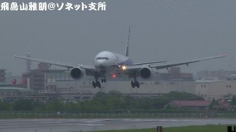 全日本空輸 JA8969@大阪国際空港(伊丹スカイパークより)。もうまもなくRWY32Lに着陸……その様子のキャプチャ。