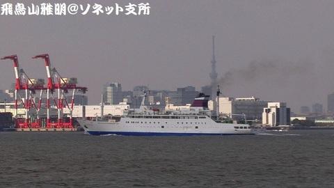 「おがさわら丸」のバックに見えるのは「東京スカイツリー」。